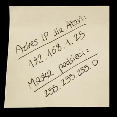 Karteczka zzanotowanym adresem IP dla Atari orazmaską podsieci.